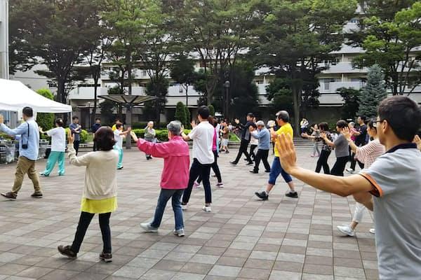 住人の半数以上が中国人となった川口市の芝園団地では、文化交流行事を定期的に開催している(6月に開かれた太極拳のイベント)=同自治会が提供