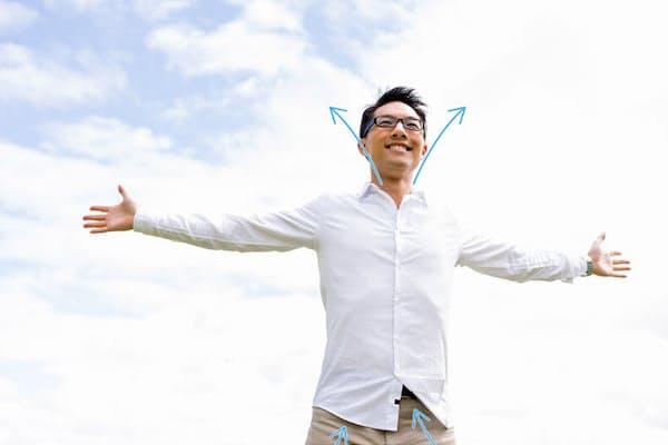 体幹部は上下に開口部を作るのがコツ。シャツを出すのが難しい場合は、襟元を開けるだけでもOK。写真はイメージ=(c)Sergey Nivens-123rf