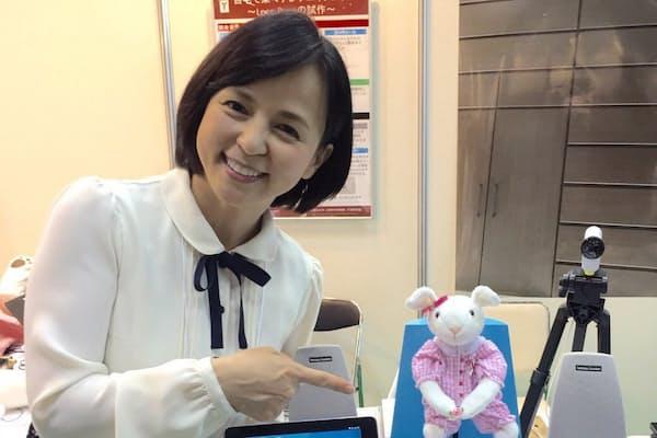 いとうまい子さんはロコモティブシンドロームを予防するための支援ロボット「ロコピョン」の開発で成果を上げている