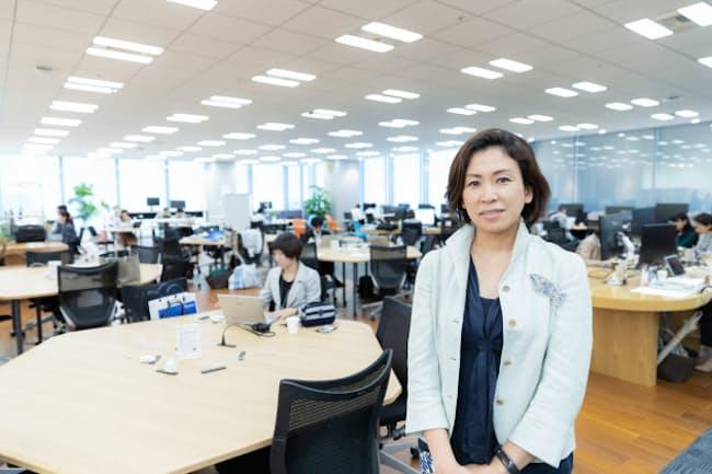 リクルートの二葉美智子HR研究機構イクション事務局長。後ろがフリーアドレスのオフィス(写真:吉村永、以下同)