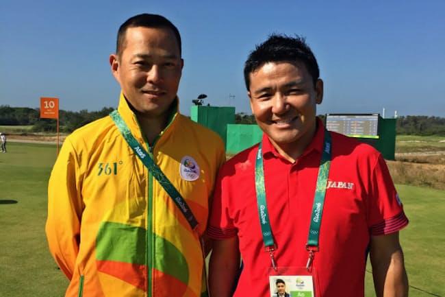 リオ五輪のゴルフ会場で日本代表チームの丸山茂樹さんと写真に収まるボランティアの竹沢正剛さん(左)