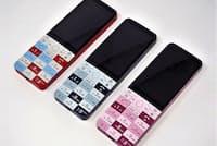 3年ぶりの新機種となった「INFOBAR xv」。定番の「NISHIKIGOI」に加え、「NASUKON」と「CHERRY BERRY」の3色が用意される