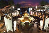 福井県立恐竜博物館の展示室。化石の発掘現場のそばで発掘体験もできる