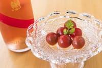 出汁酢でマリネしたトマトは、さわやかな甘さとジューシーな旨みがシャンパンを引き立てる。(NikkeiLUXEより)