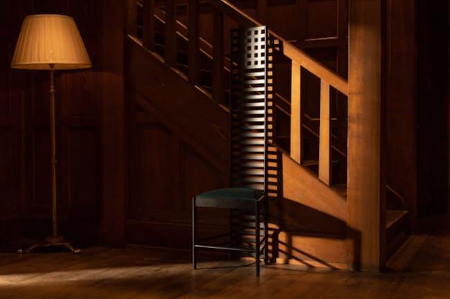 チャールズ・レニー・マッキントッシュが1902年に発表した椅子「ヒルハウス」。真っすぐに伸びた長い背もたれが目を引く