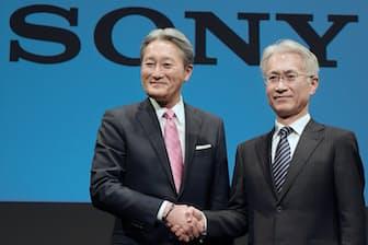 新しい市場やライフスタイルを創造するのがソニーのDNAだ。写真は平井一夫前社長(左、現会長)からバトンを受け継いだ吉田憲一郎社長