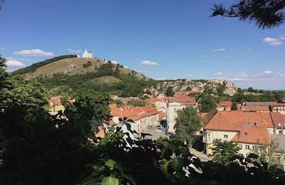 かつてミュシャも過ごした美しい街ミクロフ。小高い聖なる丘から美しい街並みが見下ろせる