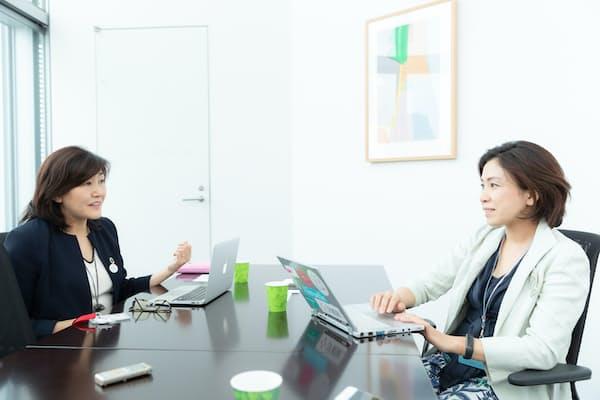 リクルートの二葉美智子HR研究機構イクション事務局長兼働き方変革推進室エバンジェリスト(右)と白河桃子さん(写真:吉村永、以下同)