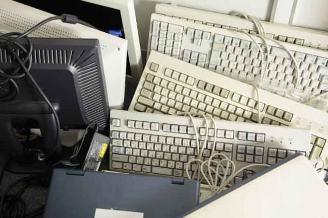 古いパソコンを処分するのがおっくうな人は多い(写真はイメージ=PIXTA)