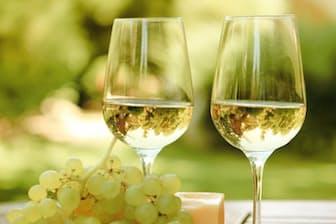 暑い時期はさっぱりした白ワインがおいしい。一般に「ワインの健康効果」というと赤ワインばかりが取り上げられるが、白ワインはどうなのだろうか。写真はイメージ=(c)Darya Petrenko-123RF