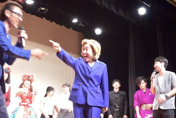 得意のヒラリー・クリントンさんのものまねを披露する石井てる美さん