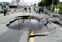 大阪北部地震は都市直下型の怖さを再認識させた(地震の影響で陥没した、大阪府高槻市の道路)