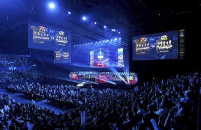 多くの観衆が訪れた「eスポーツ」の国際大会(5月、英バーミンガム)=ロイター