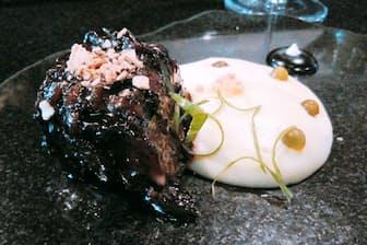 「ラテンアメリカのベストレストラン50」で1位に選ばれたニッケイ料理の店「MAIDO」の牛あばら肉の煮込み