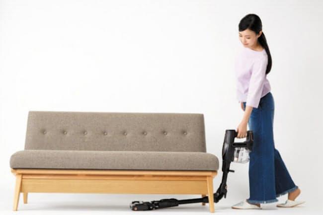 パイプを折り曲げれば、かがまなくてもソファやベッドの下を掃除できる。完全に折り曲げれば掃除の途中でも自立させておける