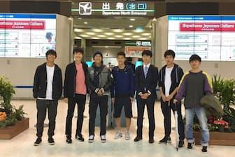 ドイツへ出発時、見送りに来てくれた友人と。左から3番目が村上弘太くん、同4番目が弟の太一くん