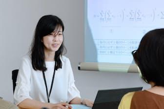 社内で打ち合わせをする富士通プラットフォーム事業部の小高伸子さん(神奈川県川崎市)