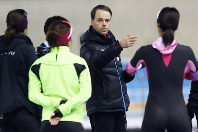 スピードスケートはオランダ人のヨハン・デビット氏をヘッドコーチに起用し、平昌五輪でのV字復活につなげた