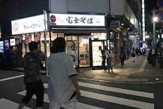 24時間営業の「富士そば」は深夜も客足が途絶えることはない