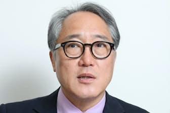 1955年山梨県生まれ。東京と松江市で育つ。状況劇場などを経て、テレビや映画、舞台で個性的な役柄で活躍。2018年には東海テレビ制作の「限界団地」で連続ドラマ初の主役を演じた。