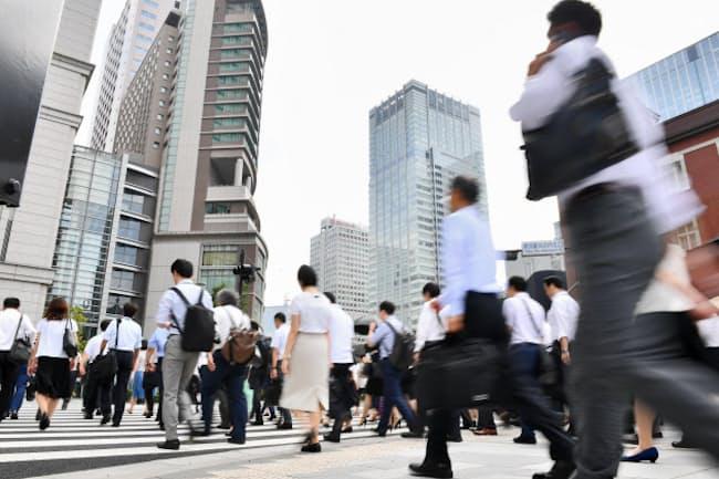 サマータイムでは起床が早まり、健康に影響を及ぼす可能性も(写真は東京・丸の内の通勤風景)