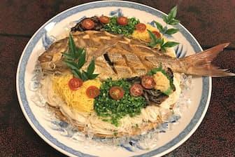 大皿から小さな木皿に取り分けて食べる(宇和島市のかどや駅前本店)