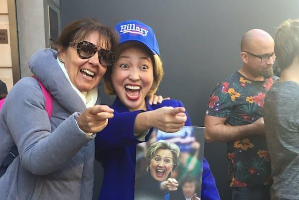 2016年の米大統領選でヒラリー・クリントンさんのものまねを披露する石井てる美さん(ニューヨークで)