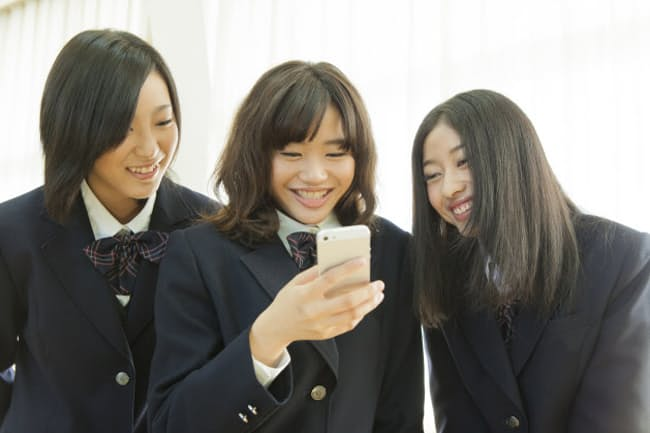 いい写真を投稿したいなら女子高生に学びましょう(写真:PIXTA)