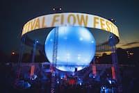 円形ステージ「バルーン360度」に浮かび上がる「FLOW」の文字(Flow Festival/Rikka Vaahtera)
