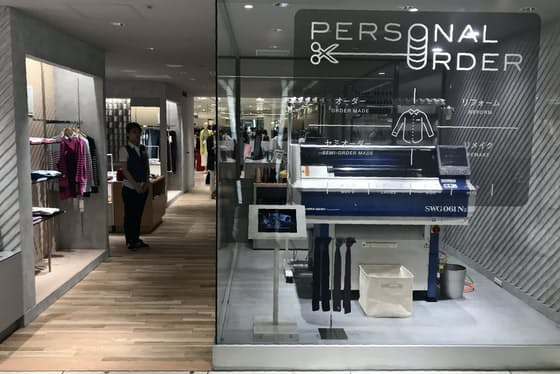 特殊な技術で1着丸ごと立体的にニットを編み上げる編み機は売り場で来店客の目を引く