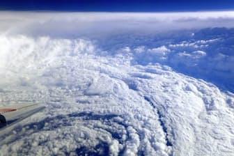2017年10月、日本の南海上で航空機から観測した台風21号の目(山田広幸・琉球大准教授提供)=共同