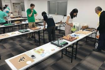 1対1で7種の盤上ゲームを争う(7月、都内で開かれた「桑名七盤勝負」の大会)