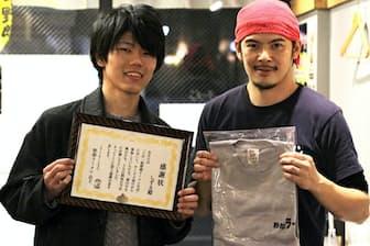 野郎ラーメンは1カ月毎日欠かさず食べ続けた学生2人、社会人3人を表彰した(2017年11月)