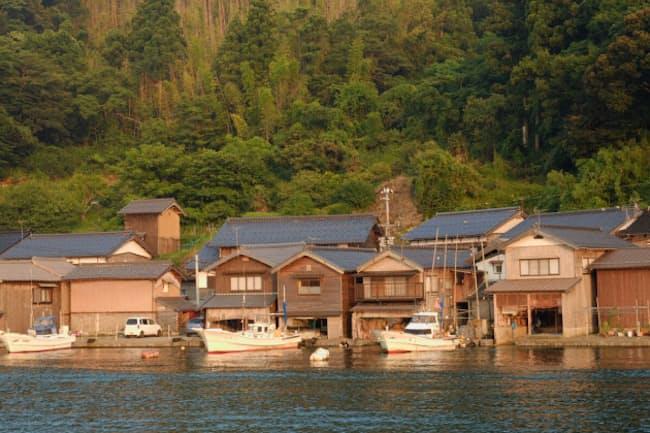 京都府伊根町の舟屋の多くは、明治から昭和にかけて建てられた。町歩きのガイドツアー、遊覧船やクルーズ船での伊根湾巡りが人気