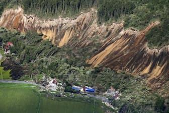 地震で発生した北海道厚真町の土砂崩れ(9月6日)=共同