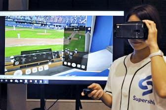 VRゴーグルで自宅でもプロ野球観戦ができる。5Gが実現すれば、一段の画像向上が見込まれる=共同