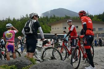 富士スバルラインを自転車で上り、5合目で休憩するサイクリスト