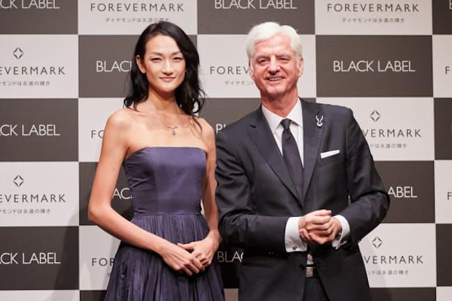 モデルの冨永愛さん(左)と「フォーエバーマークのスティーブン・ルシアCEO