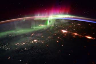 2016年1月20日、スコット・ケリー氏と欧州宇宙機関(ESA)のティム・ピーク飛行士が公開したオーロラの写真。地球の磁場・大気と高エネルギー粒子が反応して、光が舞っているように見える(PHOTOGRAPH BY SCOTT KELLY, NASA)