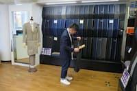 賃料などのコストを抑えることで低価格を実現する(オーダースーツSADA新宿東口ショールーム)