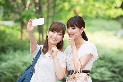 写真をSNSにアップする際に注意しなければならないこととは?(nikkei WOMAN Onlineより)=PIXTA