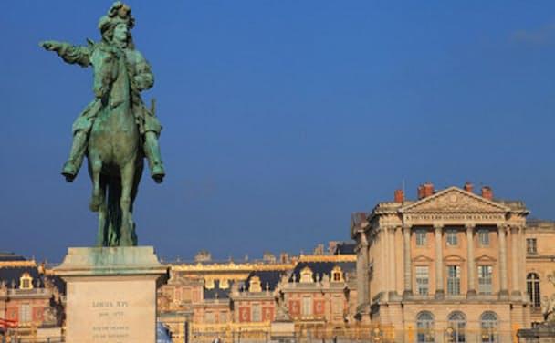 ベルサイユ宮殿の正面に立つルイ14世騎馬像
