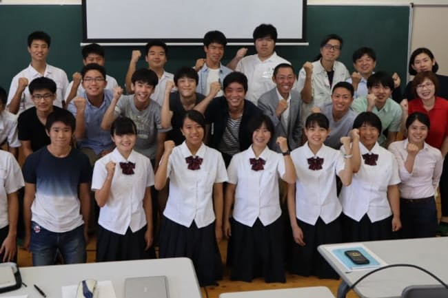 人吉高、聖光学院高の生徒と(筆者は中列右から3人目)