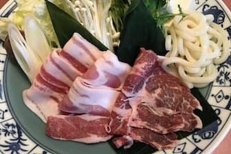 ホテルベルヴェデーレが提供する鍋の具材。イノブタ肉は牛肉のような赤さだ