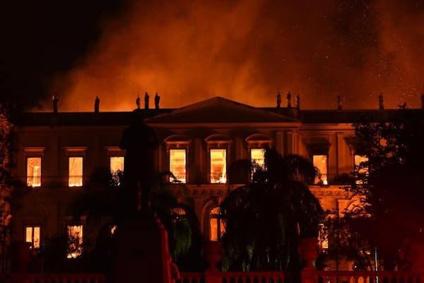 2018年9月2日、炎に包まれるリオデジャネイロのブラジル国立博物館(PHOTOGRAPH BY FABIO TEIXEIRA, PICTURE ALLIANCE VIA GETTY IMAGE)