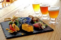 「IBU」の「こだわり逸品の盛り合わせ」とビール3種の「ペアリングセット」