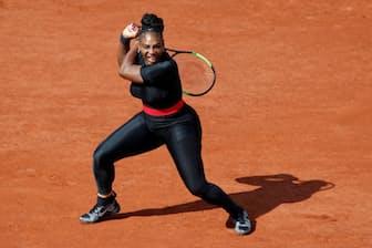 全仏オープンでキャットスーツを着てプレーするセリーナ選手(5月29日、パリ)=ロイター