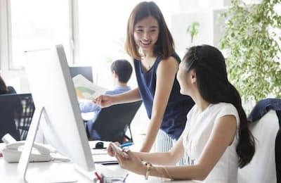 日本の社会は、女性やシニアの活用だけでは労働力不足を補えないだろう=写真はイメージ