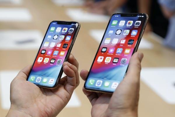 iPhoneの新型が登場したタイミングでスマホの買い替えを考えている人も多いだろう。今、知っておくべき基礎知識を解説する。写真はiPhoneの新機種「XS」(左)と「XS Max」=ロイター