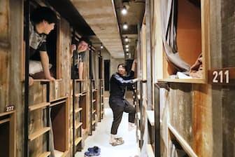 廃材を再利用したホテルのドミトリールームに滞在する宿泊客(東京都千代田区のキッカ)